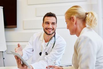 Arzt und Patientin in der Sprechstunde
