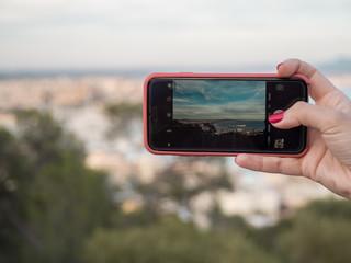 Chica haciendo foto desde su móvil de un paisaje
