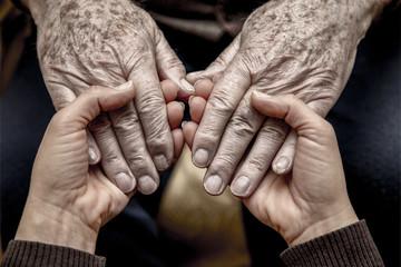 Gesto di conforto nei confronti di una persona anziana