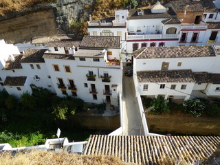 Setenil de las Bodegas, pueblo blanco de Cádiz, Andalucía (España) famoso por sus casas cuevas