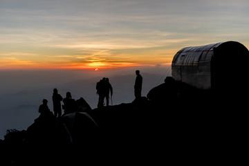 Mountaineer siluet siluetas de un montañista