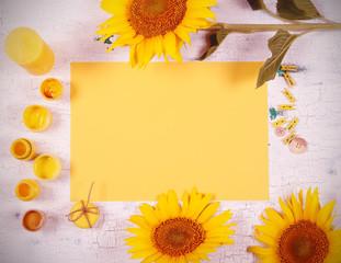 жёлтые предметы стоят на жёлтом фоне есть место для записи
