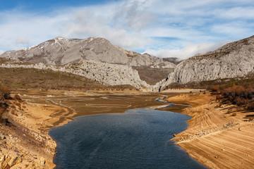 Embalse de Barrios de Luna y Macizo del Cirbanal. Comarca de Luna, León, España. Cordillera Cantábrica.