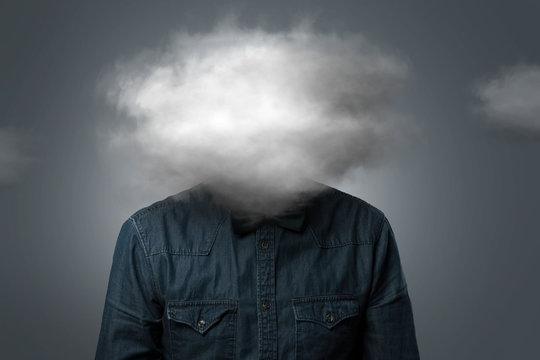 Mann hat Wolke über dem Kopf
