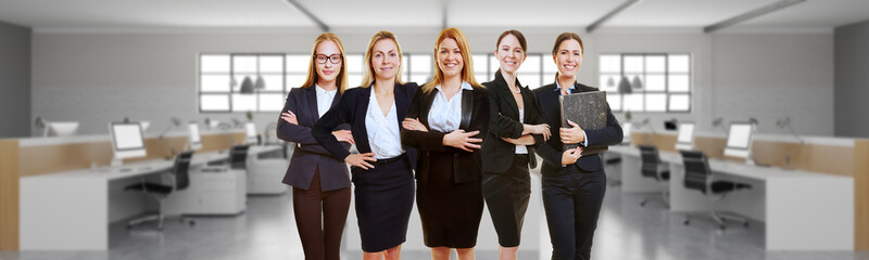 Geschäftsfrauen im Büro in Zusammenarbeit