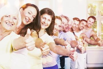 Fitness Gruppe mit Daumen hoch Senioren und Junge Leute