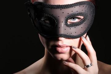 Hübsche Frau mit blauen Augen und schöne Maske