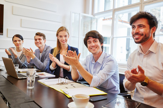 Junges Team gibt Applaus im Meeting