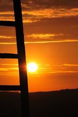 Himmelsleiter Silhouette im Sonnenuntergang mit einer schönen Aussicht auf Landschaft zum Ausruhen und Entspannen. Leiter zum Himmel im abendrot