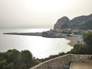 El Garraf, pueblo de costa de Cataluña en la provincia de Barcelona entre Sitges y Castelldefels, su capital es Villanueva y la Geltrú. Situado junto al mar Mediterráneo
