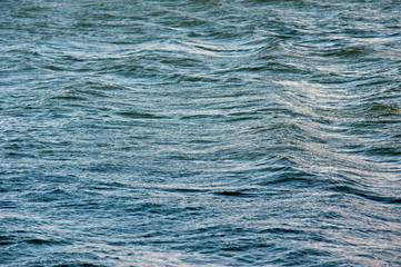 Wasseroberfläche im Wind