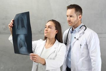 Prześwietlenie płuc.  Lekarze oglądają zdjęcie rentgenowskie pacjenta.