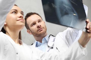 Radiolog ogląda zdjęci rtg, , konsultacja medyczna.