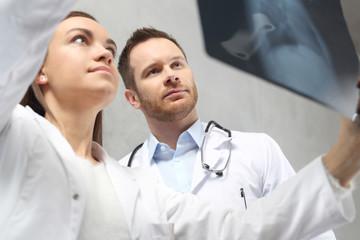 Astma oskrzelowa. Lekarze oglądają zdjęcie rentgenowskie pacjenta.