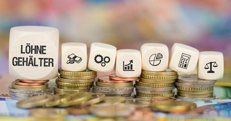 Löhne/Gehälter - Münzenstapel mit Symbole