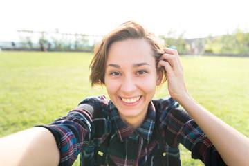 カメラ目線で自分を撮影する若い女性