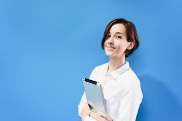 タブレットPCを持つ若い女性