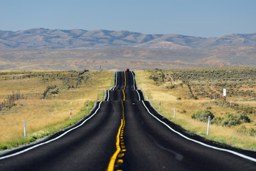 Einsamer Abschnitt der Route 6 in Richtung Springville, Utah, USA Wall mural