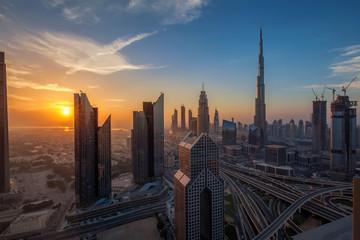 Dubai, eine lebendige Metropole bei Sonnenuntergang