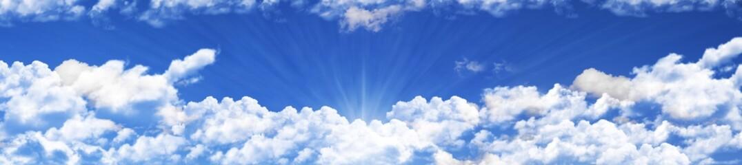 panoramica de un cielo azul con nubes blancas