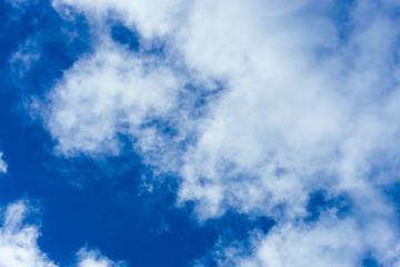Błękitne niebo z chmurami