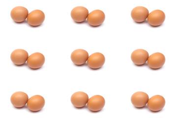 Яйца на белом фоне. Творческий фон. Много куриных яиц.