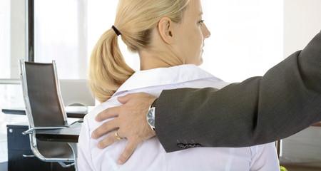 Sexuelle Belästigung von Frau durch Mann am Arbeitsplatz - Metoo