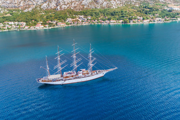 Türaufkleber Schiff Aerial view of the big white Sailing Ship in the Bokaktorsky Bay. Montenegro.