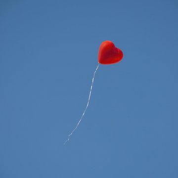 Herzballon vor blauem Himmel