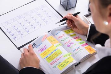 Fototapete - Businesswoman Marking Schedule