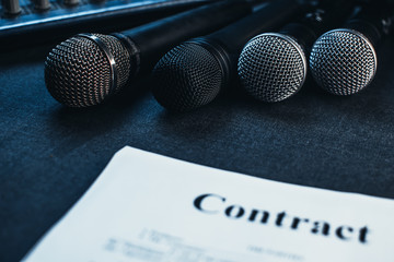Microphones, the contract between the producer and the artist