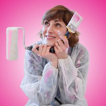 Femme et peinture concept bricolage à la maison