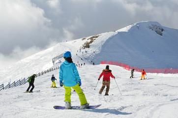 Сочи, горнолыжный курорт Роза Хутор. Спуск на горных лыжах и сноуборде над облаками
