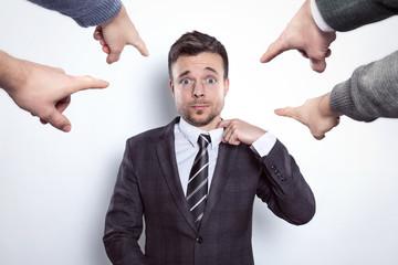 Finger zeigen auf einen Geschäftsmann