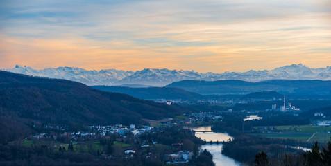 Blick auf Wildegg und die Schweizer Alpen