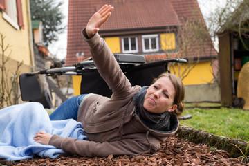 Sturz einer jungen Frau im Rollstuhl, Ruf nach Hilfe