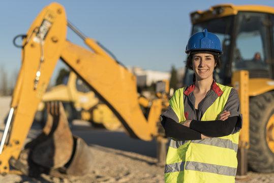 Sonriendte mujer trabajadora posa mirando a cámara