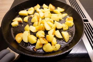 Bratkartoffeln in einer Bratpfanne aus Gußeisen