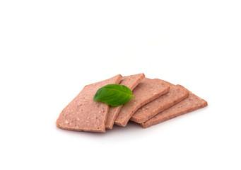 mehrere scheiben frühstücksfleisch auf einem weißen hintergrund