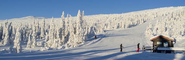 Norefjell / Norway: Gorgeous sunshine and fantastic downhill skiing slopes at the upper Boeeseter lift