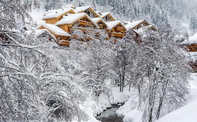 Chalets dans la neige, Méribel, Savoie.