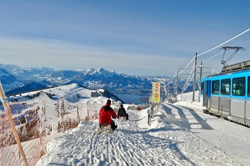 Schlittenfahrt auf dem Rigi, Berg in der Zentralschweiz - Rodelbahn / Schlittenbahn in der Bergwelt,
