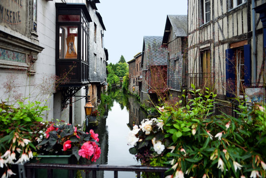 romantische altes Fachwerk am Kanal in Pont-Audemer