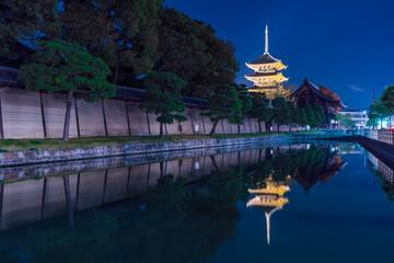 日本の秋 京都 東寺のライトアップと紅葉