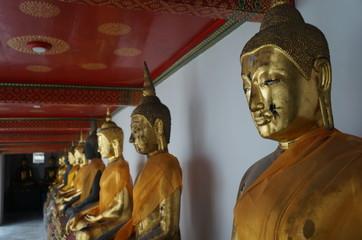 eine Reihe sitzender Buddhas aus Gold
