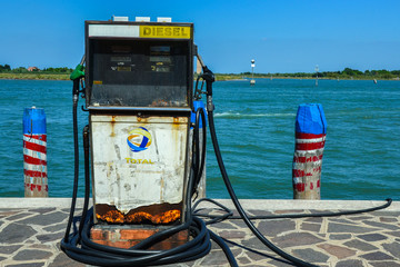 Gasolinera en un canal de la isla de Burano, Venecia (Italia)