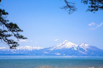 猪苗代湖と残雪の会津磐梯山