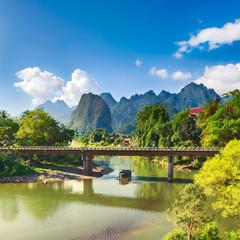 Niesamowity krajobraz rzeki wśród gór. Laos.