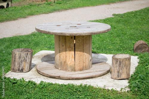 Une Table De Pic Nic Et Rondins En Bois Pour Servir De Chaise Stock