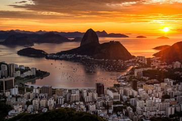 Wall Mural - Beautiful Warm Sunrise in Rio de Janeiro With the Sugarloaf Mountain Silhouette